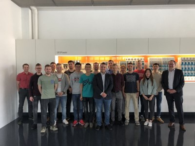 Alles mit Spannung – Studierende der Hochschule zu Gast beim Unternehmen Wöhner